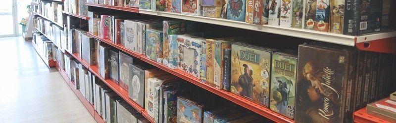 Je joue en ludothèque avec des jeux de société, des jouets et des jeux géants